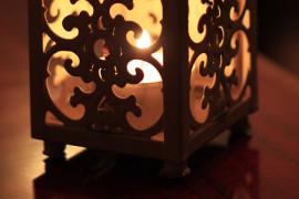 Askarteluilta kynttilän valossa