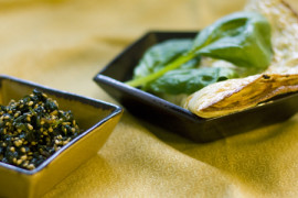 Japanilaisittain maustettu pinaatti-munakas